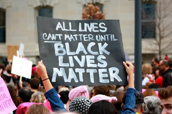 black-lives-matter-sign-at-a-womens-march-protesting-trump_t20_1JGNnv