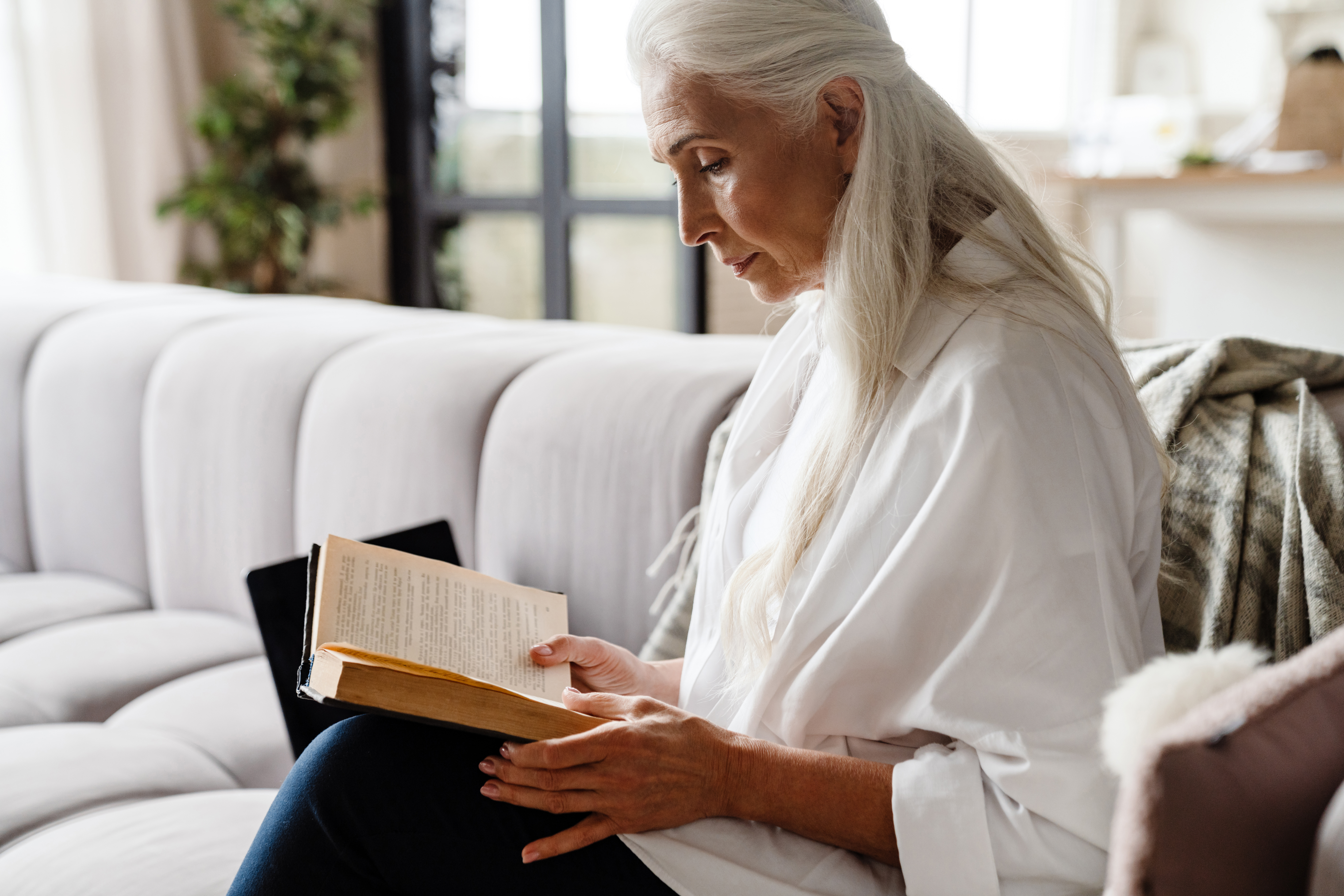 calm-senior-woman-reading-a-book-HTCLMQ8