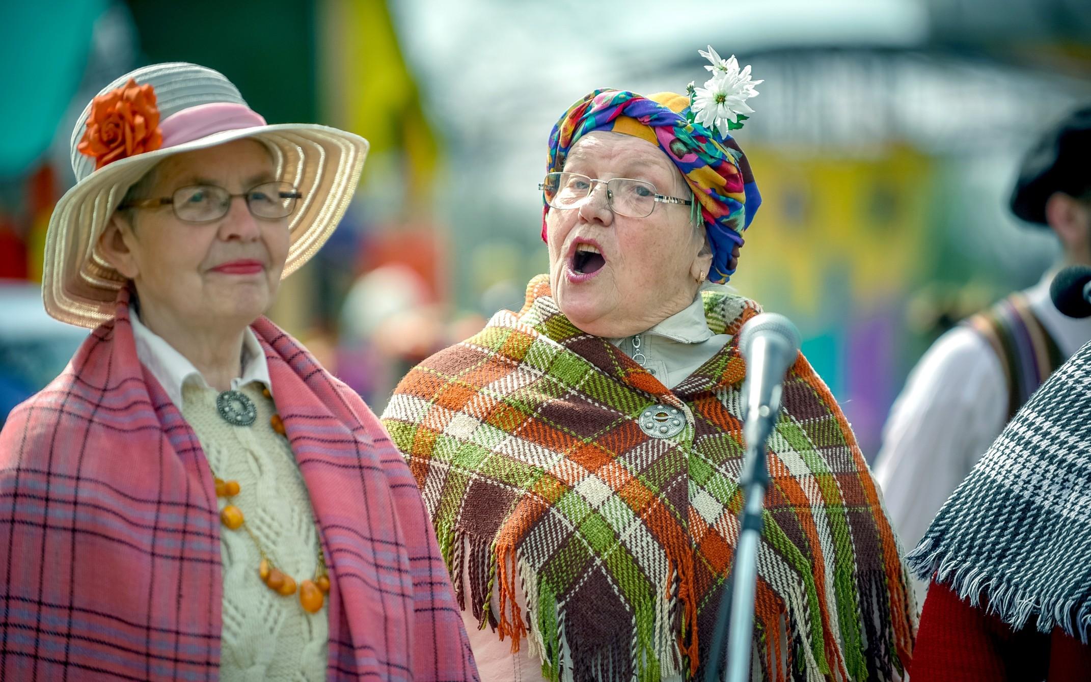 seniors-singing-in-costume-at-latvian-festival